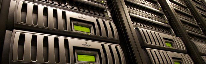 Servidores en un centro de proceso de datos / Foto de Fatcow